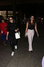 Yami Gautam Spotted At Airport With Her Sister on 24th Oct 2017 (13)_59f0214ae7354.JPG