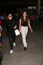 Yami Gautam Spotted At Airport With Her Sister on 24th Oct 2017 (14)_59f0214c47e16.JPG
