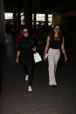 Yami Gautam Spotted At Airport With Her Sister on 24th Oct 2017 (2)_59f0213cb24b8.JPG