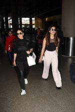 Yami Gautam Spotted At Airport With Her Sister on 24th Oct 2017 (5)_59f021405b3d8.JPG