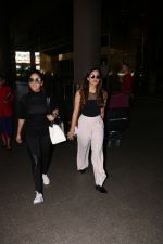 Yami Gautam Spotted At Airport With Her Sister on 24th Oct 2017 (7)_59f0214308e0a.JPG