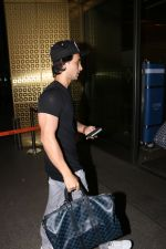 Aayush Sharma spotted at airport on 25th Oct 2017 (20)_59f2d11e42024.JPG