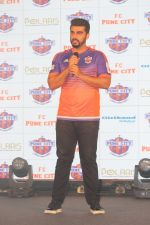 Arjun Kapoor at the Unveiling of The New Face Of Fc Pune City on 26th Oct 2017  (7)_59f2e064838fa.JPG