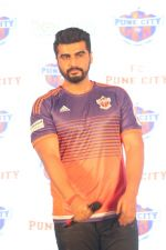 Arjun Kapoor at the Unveiling of The New Face Of Fc Pune City on 26th Oct 2017  (9)_59f2e065ace66.JPG