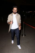 Ayushman khurana spotted at airport on 25th Oct 2017 (10)_59f2d16aa833a.JPG