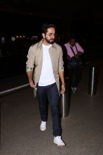 Ayushman khurana spotted at airport on 25th Oct 2017 (4)_59f2d16336bcf.JPG
