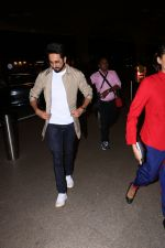 Ayushman khurana spotted at airport on 25th Oct 2017 (5)_59f2d16467eb6.JPG