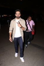 Ayushman khurana spotted at airport on 25th Oct 2017 (8)_59f2d168211d6.JPG