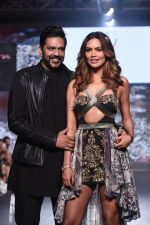 Esha Gupta walk the ramp for the Rocky S Vida Collection on 27th Oct 2017