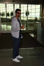 Angad Bedi Spotted At Airport on 31st Oct 2017 (10)_59fab8f930071.JPG