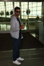 Angad Bedi Spotted At Airport on 31st Oct 2017 (11)_59fab8fa95d0c.JPG
