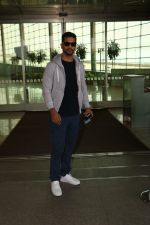 Angad Bedi Spotted At Airport on 31st Oct 2017 (7)_59fab8f5bcb99.JPG