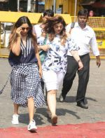 Gauri Khan Way To Alibaug 1st Nov on 2nd Nov 2017 (4)_59faf1919621c.jpg
