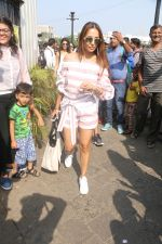 Malaika Arora At Gateway Of India As They Return From Shahrukh Khan_s Birthday Party At Alibag on 2nd Nov 2017 (23)_59fd82cd198a2.JPG