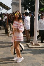 Malaika Arora At Gateway Of India As They Return From Shahrukh Khan_s Birthday Party At Alibag on 2nd Nov 2017 (30)_59fd82d138bed.JPG