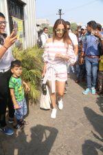 Malaika Arora At Gateway Of India As They Return From Shahrukh Khan_s Birthday Party At Alibag on 2nd Nov 2017 (35)_59fd82d42f456.JPG