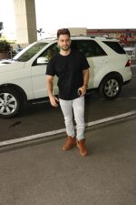 Kunal Khemu Spotted At Airport on 11th Nov 2017 (2)_5a091dfc4381d.JPG