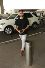 Kunal Khemu Spotted At Airport on 11th Nov 2017 (3)_5a091dfd5561e.JPG