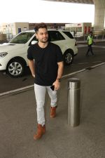 Kunal Khemu Spotted At Airport on 11th Nov 2017 (5)_5a091dff95654.JPG