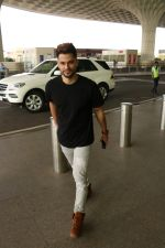 Kunal Khemu Spotted At Airport on 11th Nov 2017 (9)_5a091e04ccfb3.JPG