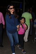 Sushmita Sen Spotted At Airport on 11th Nov 2017 (4)_5a091e8eb4a8b.JPG