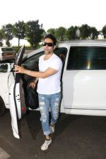 Tusshar Kapoor Spotted At Airport on 11th Nov 2017 (3)_5a091ec8a6d2b.JPG