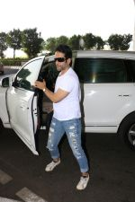 Tusshar Kapoor Spotted At Airport on 11th Nov 2017 (4)_5a091ec9e0ba3.JPG