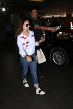 Ameesha Patel Spotted At Airport on 13th Nov 2017 (1)_5a0ab83031f45.JPG