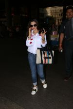 Ameesha Patel Spotted At Airport on 13th Nov 2017 (5)_5a0ab83519231.JPG