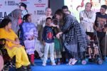 Kanika Kapoor at Bhamla Foundation Host Children_s Day Celebration With Physically Disabled Kids on 14th Nov 2017 (3)_5a0bbe6ea0302.JPG