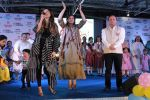 Raveena Tandon, Kanika Kapoor at Bhamla Foundation Host Children_s Day Celebration With Physically Disabled Kids on 14th Nov 2017 (27)_5a0bbe7b5a228.JPG