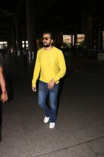 Riteish Deshmukh Spotted At Airport on 15th Nov 2017 (3)_5a0d02ae9cf97.JPG