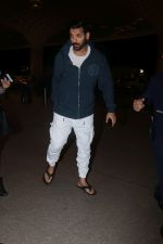 John Abraham With His Wife Spotted At Airport on 16th Nov 2017 (16)_5a0e7e8a39318.JPG