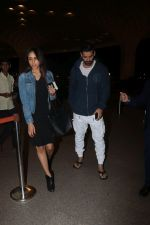 John Abraham With His Wife Spotted At Airport on 16th Nov 2017 (18)_5a0e7e8b94387.JPG
