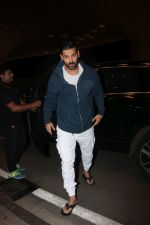 John Abraham With His Wife Spotted At Airport on 16th Nov 2017 (8)_5a0e7e9d76eea.JPG