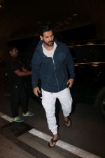 John Abraham With His Wife Spotted At Airport on 16th Nov 2017 (9)_5a0e7e8549dfb.JPG