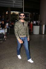 Amit Gaur Spotted At Airport on 18th Nov 2017 (25)_5a10258477bc9.JPG