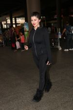 Kainaat Arora Spotted At Airport on 18th Nov 2017 (11)_5a1025a240448.JPG