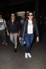 Govinda, Tina Ahuja Spotted At Airport on 22nd Nov 2017 (10)_5a1535935ed82.JPG