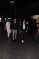 Govinda, Tina Ahuja Spotted At Airport on 22nd Nov 2017 (11)_5a153581d29a8.JPG