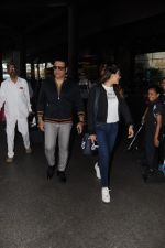 Govinda, Tina Ahuja Spotted At Airport on 22nd Nov 2017 (15)_5a153568d0061.JPG
