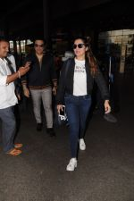Govinda, Tina Ahuja Spotted At Airport on 22nd Nov 2017 (18)_5a153584921ac.JPG