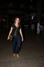 Suzanne Khan Spotted At Airport on 21st Nov 2017 (4)_5a1522aacff5d.JPG