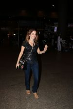 Suzanne Khan Spotted At Airport on 21st Nov 2017 (7)_5a1522ae48029.JPG