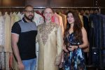 Aashka Goradia, Brent Goble at the Designer Duo Pawan & Pranav designs Wedding Outfit for Brent Goble on 22nd Nov 2017 (15)_5a16538ba081f.JPG