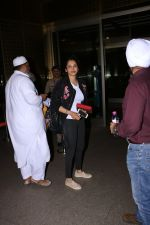 Isha Koppikar Spotted At Airport on 22nd Nov 2017 (4)_5a164adf964af.JPG