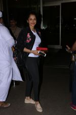 Isha Koppikar Spotted At Airport on 22nd Nov 2017 (5)_5a164ae0bddde.JPG