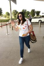 Zareen Khan Spotted At Airport on 22nd Nov 2017 (17)_5a164b424d825.JPG