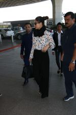 Kareena Kapoor Spotted At International Airport on 24th Nov 2017 (20)_5a182a5bb6b0d.JPG