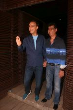 Vidhu Vinod Chopra, Kishan Kumar at the Birthday Party Of Bhushan Kumar on 25th Nov 2017 (45)_5a1ac32a87925.JPG